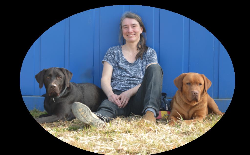 Ingrid mit zwei Hunden