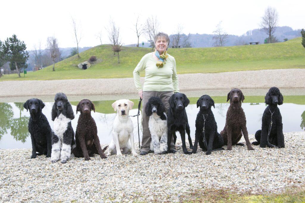 Maria Gerstmann mit neun Assistenzhunden
