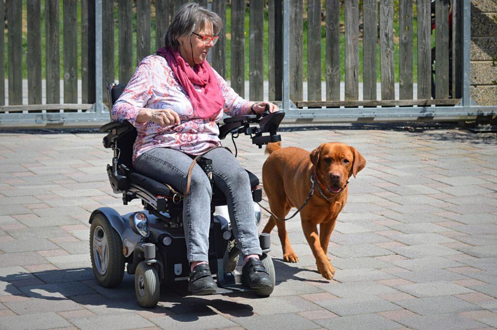 Maria im Rollstuhl mit Azlan